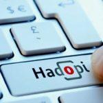 Un homme presse sur une touche Hadopi sur un clavier d'ordinateur